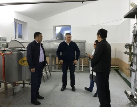 Денис Белозеров и Александр Атласов посетили новый молокозавод СПСК «ВилМар» в Нюрбинском улусе