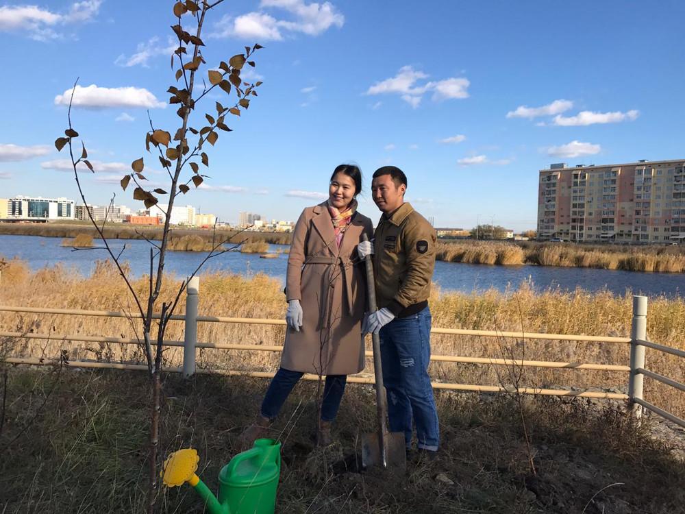 Молодожены Якутска провели высадку деревьев