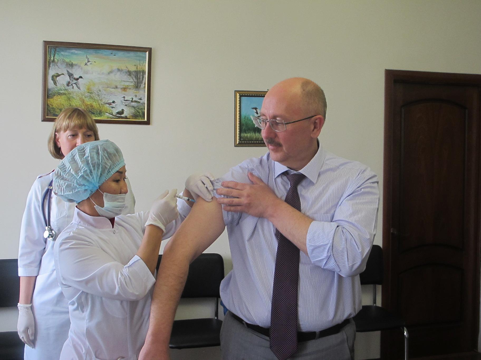 В республике продолжается прививочная кампания против гриппа.