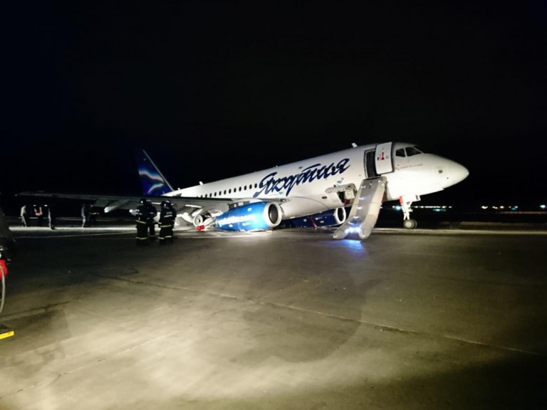 Аэропорт «Якутск» открыт на вылет после инцидента с самолётом, выехавшим за пределы взлётно-посадочной полосы