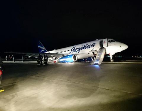 В аэропорту Якутска продолжаются работы по эвакуации лайнера, совершившего жесткую посадку