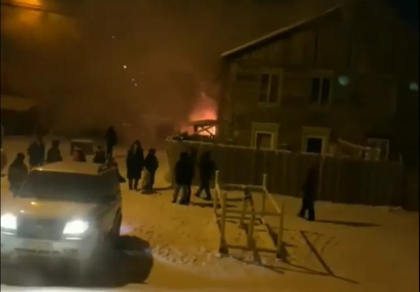 В Якутске ведутся восстановительные работы после пожара доме на ул. Пионерской