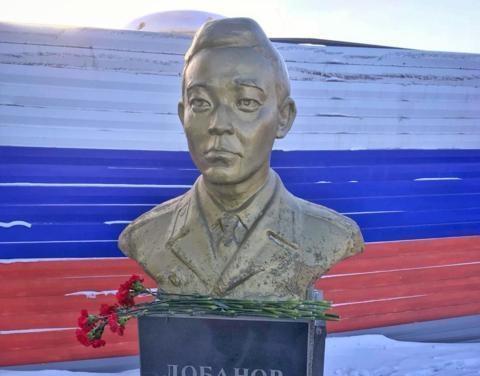 Якутская делегация возложила цветы к памятнику якутянину Филиппу Лобанову на Сахалине