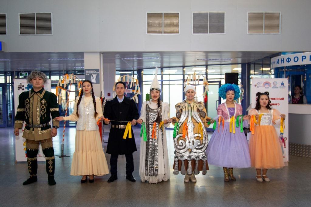В аэропорту «Якутск» выступили артисты Театра юного зрителя