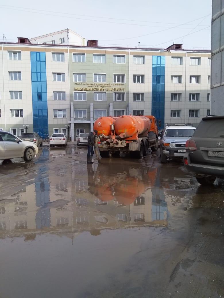 Управления округов и пригородов Якутска отчитались о работе по откачиванию луж