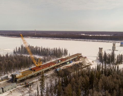 На трассе «Вилюй» в Якутии приступили к надвижке пролетного строения через Марху