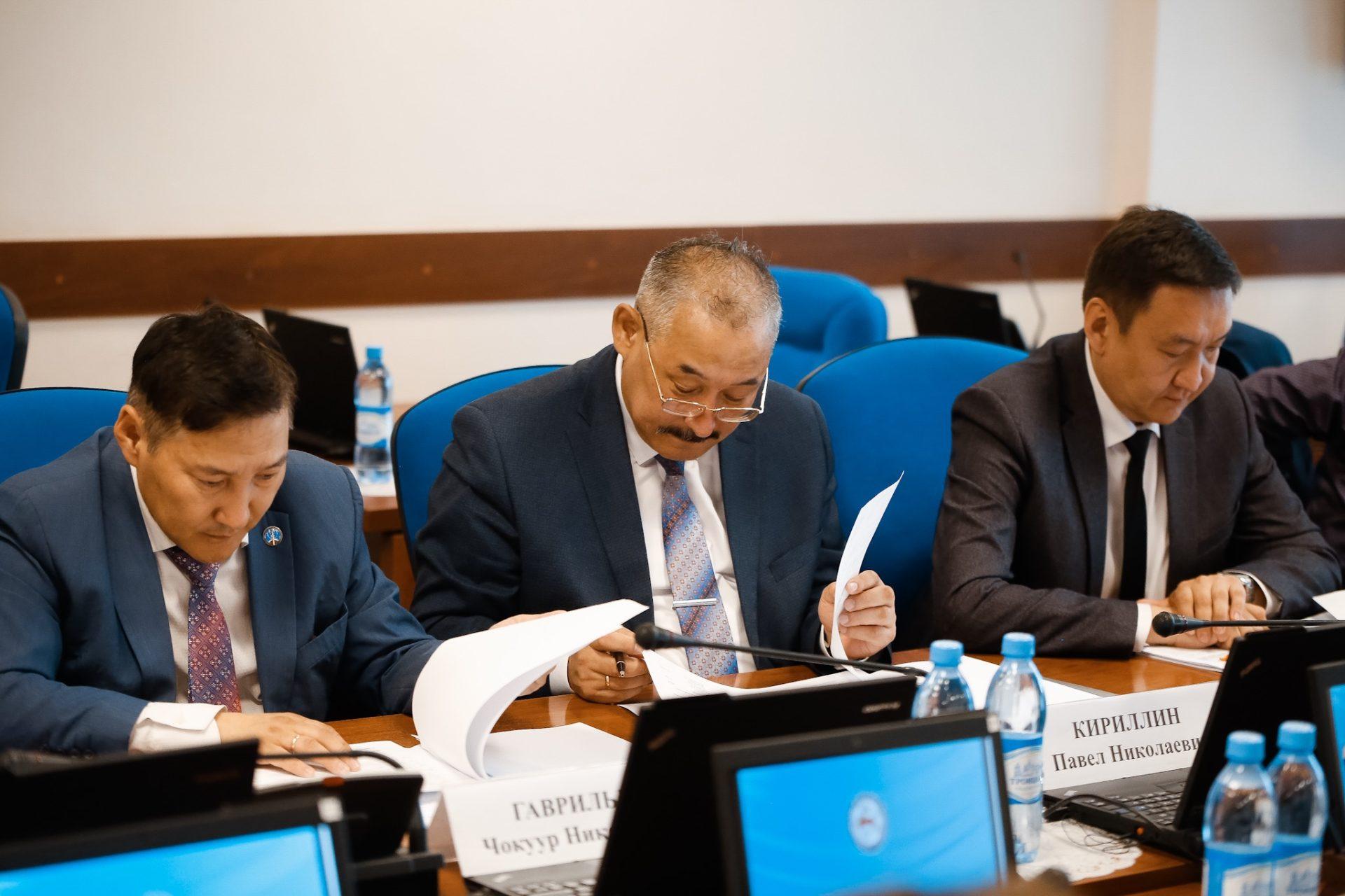 Айсен Николаев провел первое заседание Совета по развитию языков в РС (Я)