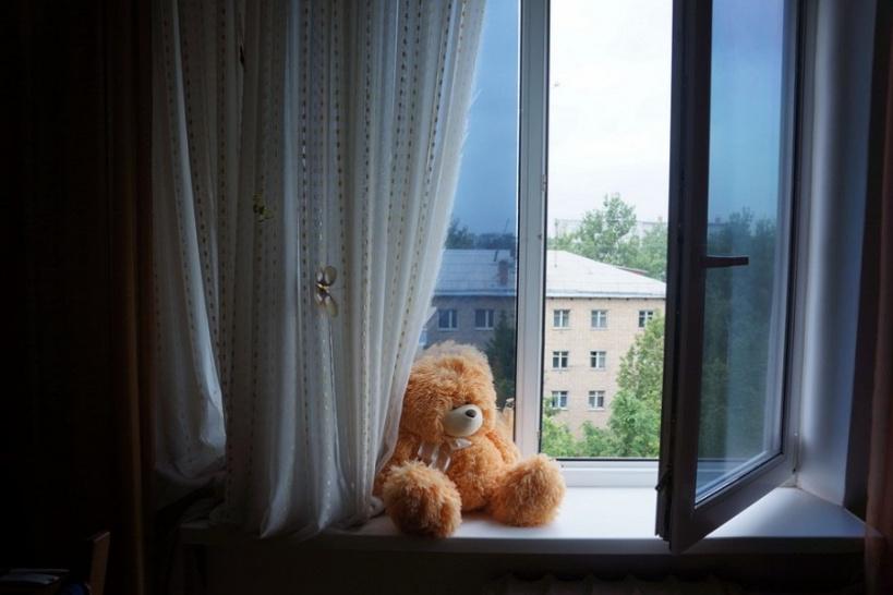 В Нижнем Бестяхе  из окна третьего этажа выпал ребенок
