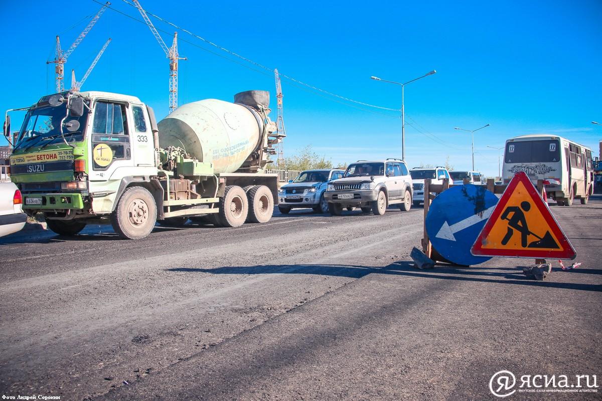 Дорожники Якутска продолжают работы по благоустройству улиц