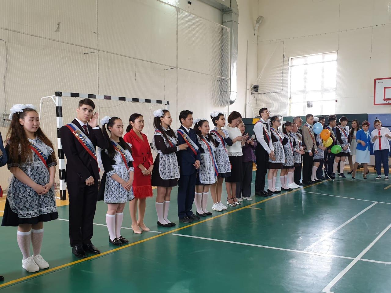 Молодые специалисты АО «Алмазы Анабара» поздравили выпускников