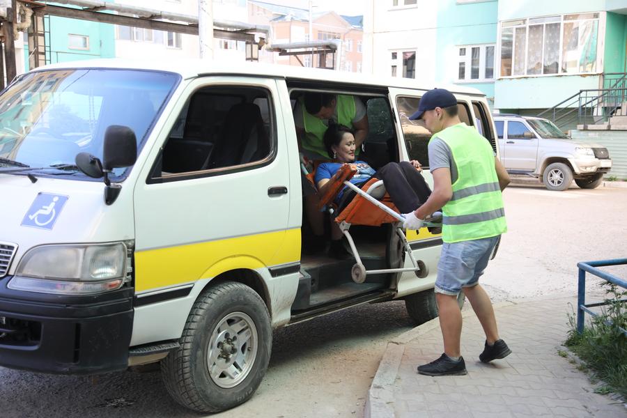 В Якутске появилась социальная служба такси для лежачих больных и людей на коляске