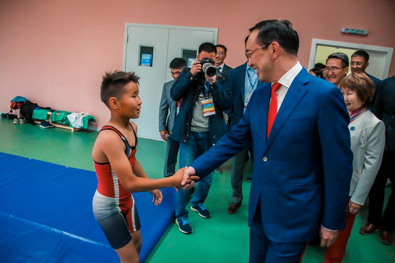 Глава Якутии открыл многофункциональный спортивный зал для адаптивных видов спорта в селе Бетюнцы