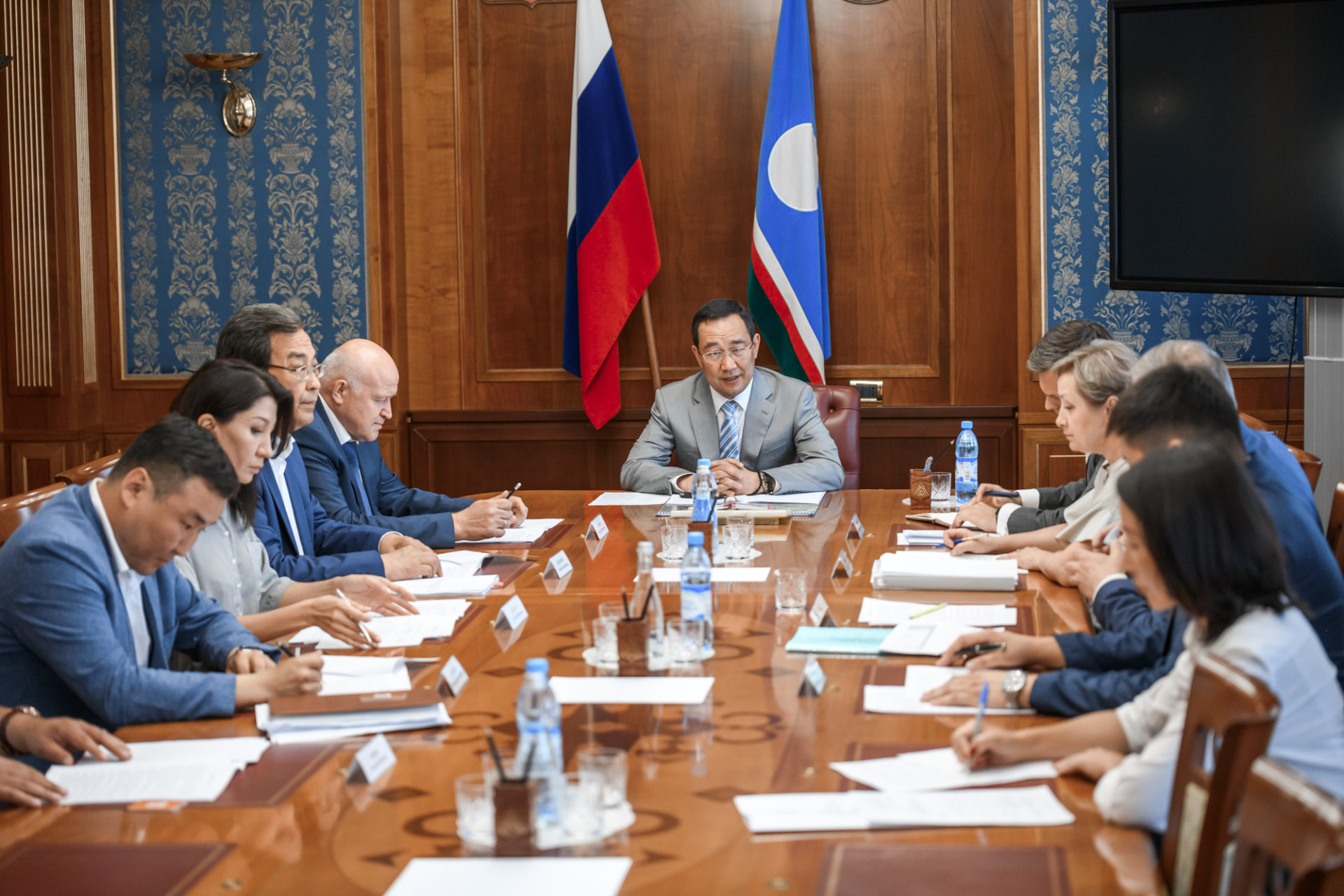 Айсен Николаев рассмотрел ход реализации программы по переселению граждан из аварийного жилья