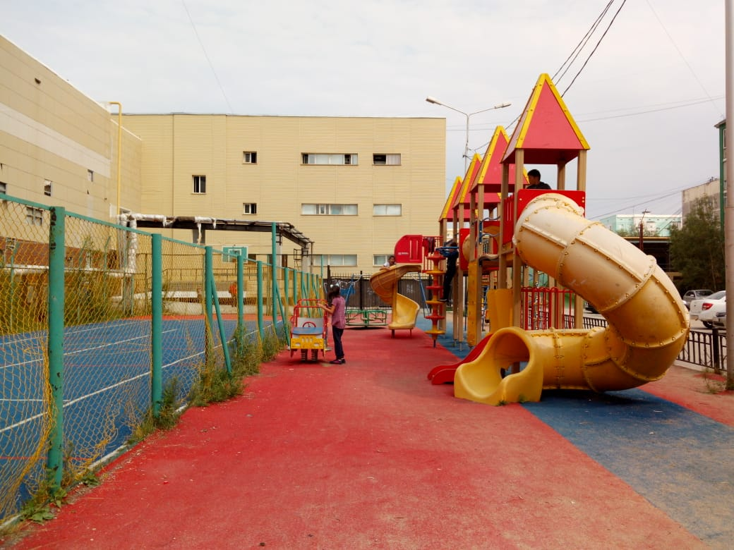 В Якутске продолжается обустройство детских игровых площадок