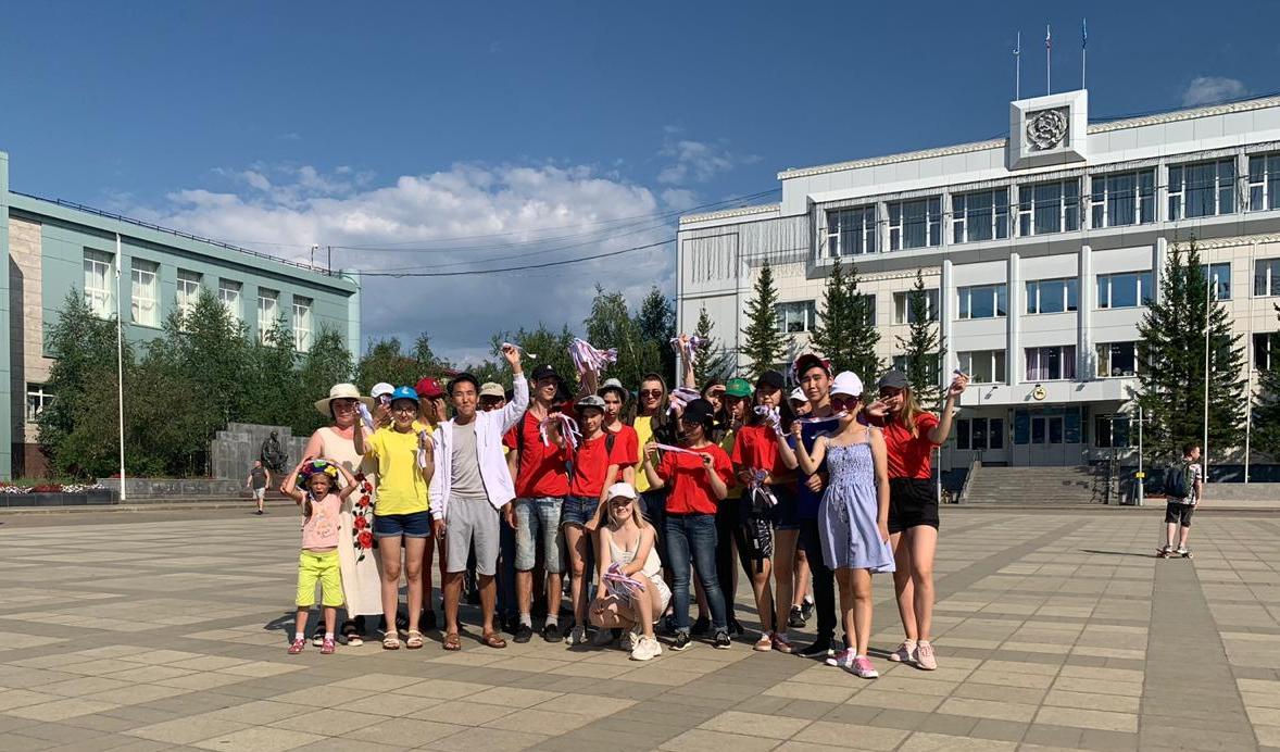 Молодогвардейцы Мирного раздали ленточки триколор к 350-летию российского флага