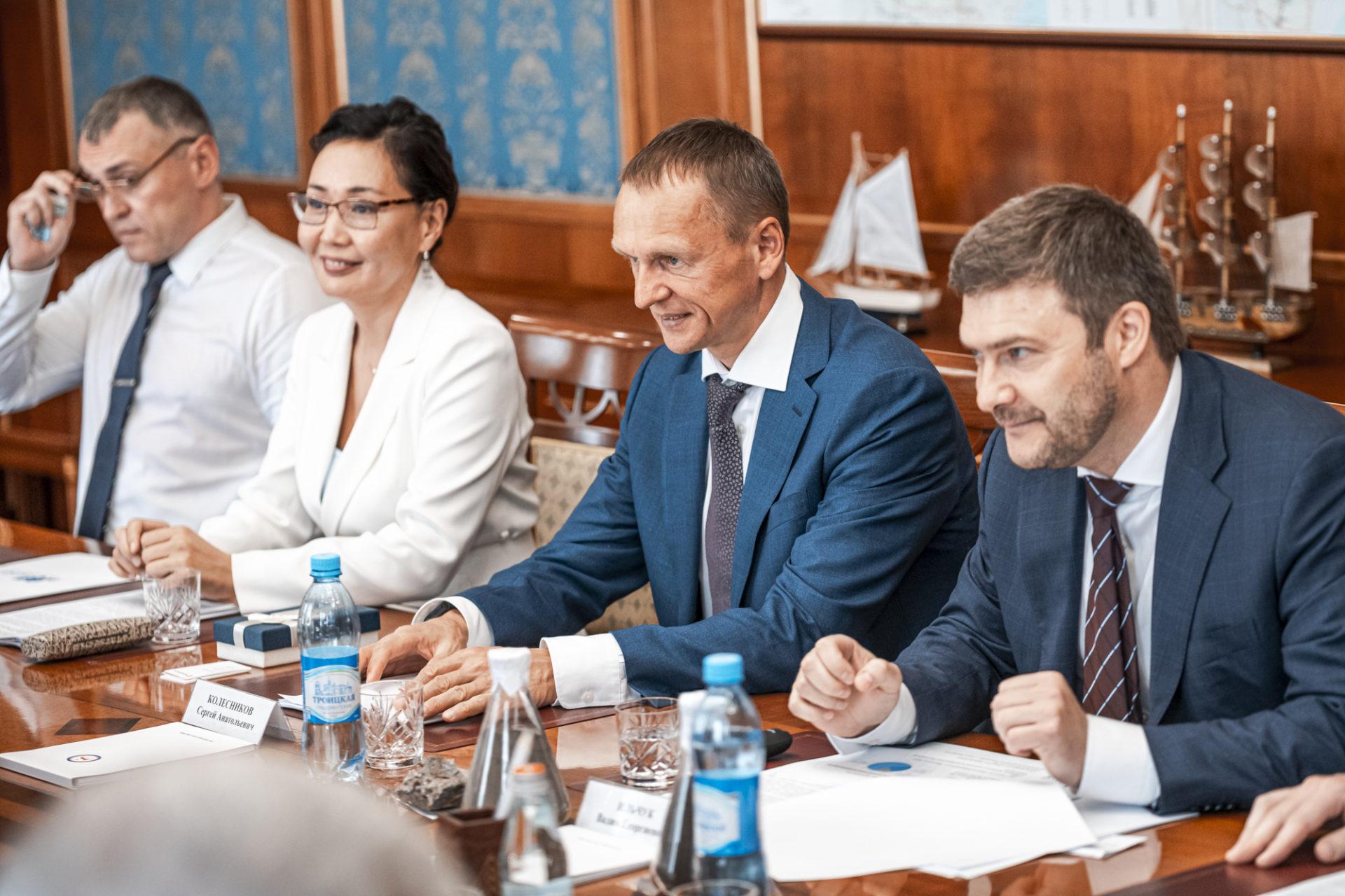 Айсен Николаев рассмотрел вопросы развития Мангазейского рудного поля