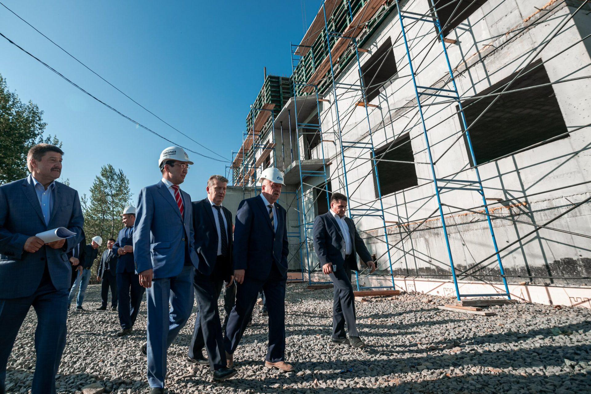 Айсен Николаев проверил реализацию программы переселения граждан из аварийного жилья в Алданском районе