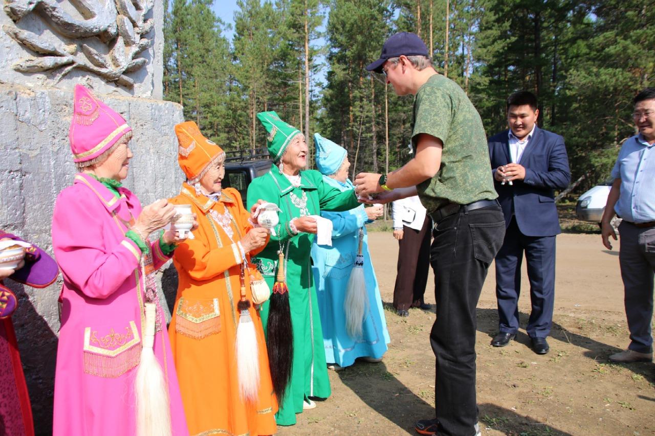 Атырдьах ыйын 5 күнүгэр, Владимир Солодов Сунтаар улууһун Хочо нэһилиэктэригэр Тойбохойго уонна Кириэстээххэ үлэлээтэ