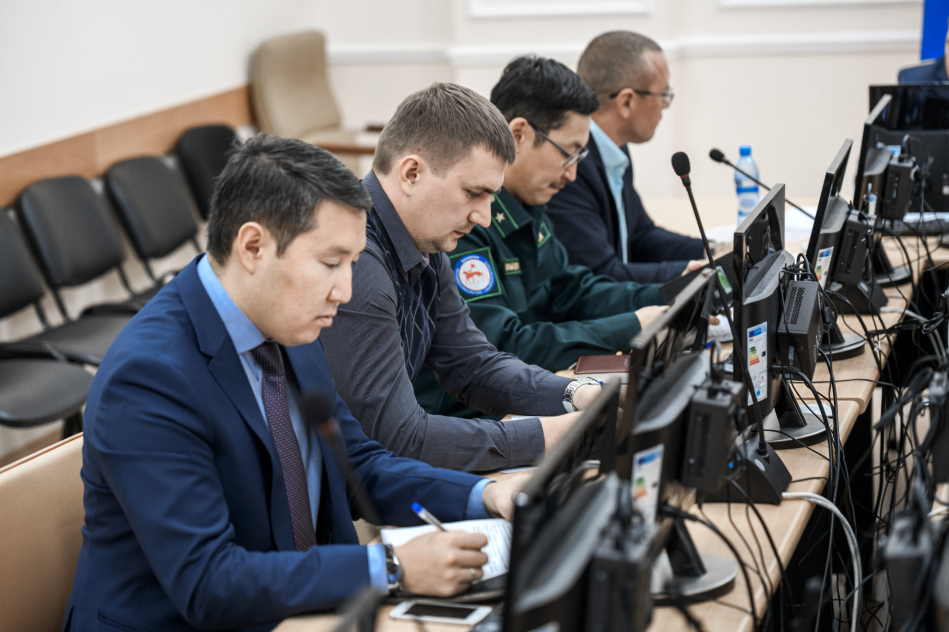 Денис Белозеров поручил в кратчайшие сроки произвести выплаты якутянам, участвовавшим в тушении лесных пожаров
