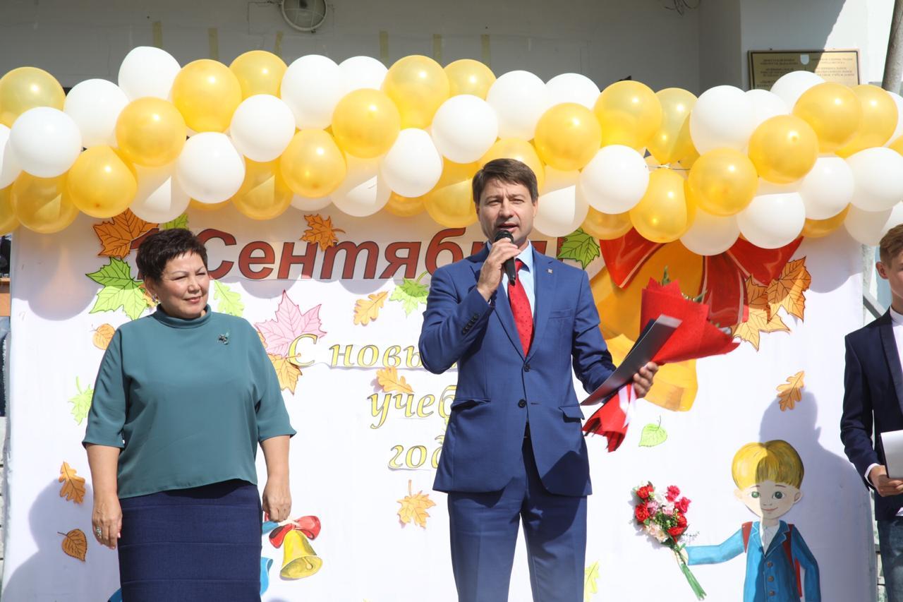 Владимир Федоров посетил торжественную линейку в школе № 19