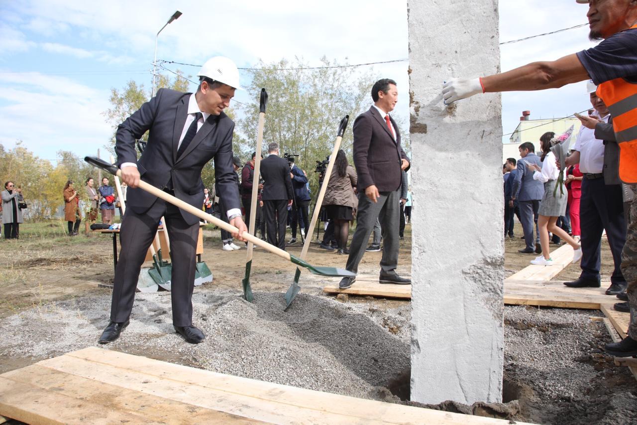 В Якутске торжественно забита первая свая пристроя средней школы № 31