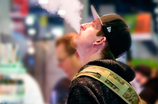 Врач предупредила о негативных последствиях курения вейпов