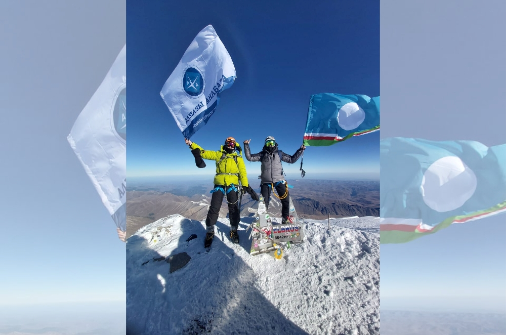 Флаг АО «Алмазы Анабара» на вершине Эльбруса