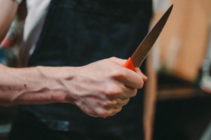 """В спортивном комплексе """"Модун"""" молодой парень публично исколол себя ножом"""