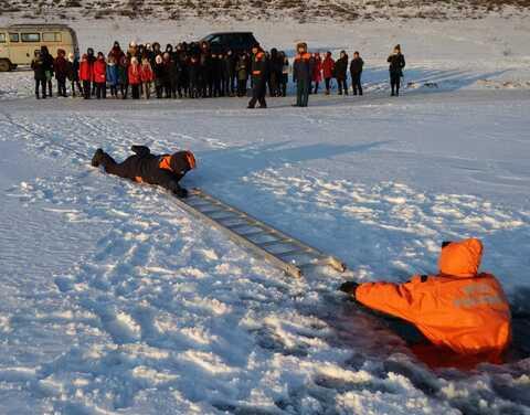 Детям продемонстрировали спасение провалившегося под лед человека