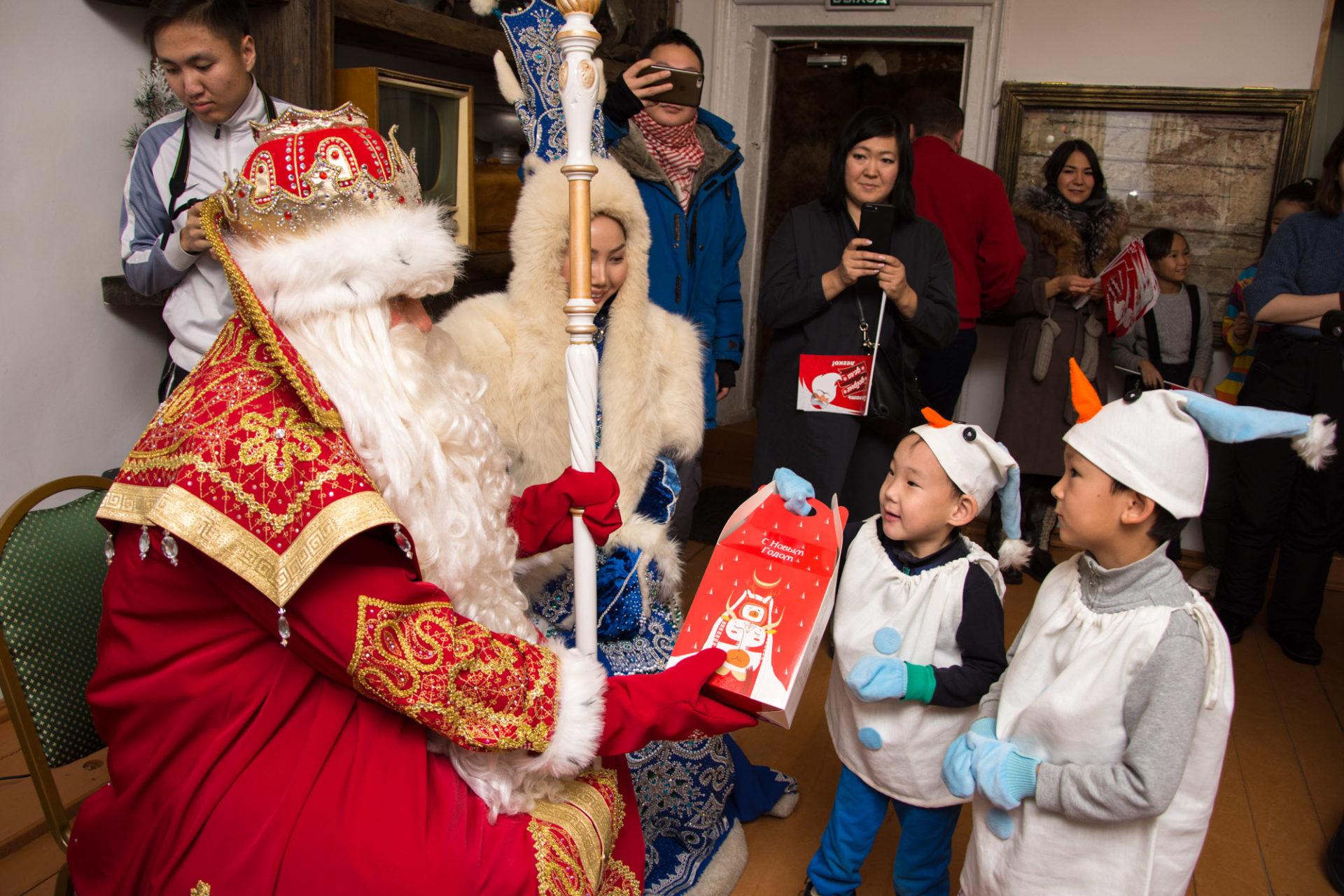 Дед Мороз из Великого Устюга повидался с детьми из фонда «Харысхал»