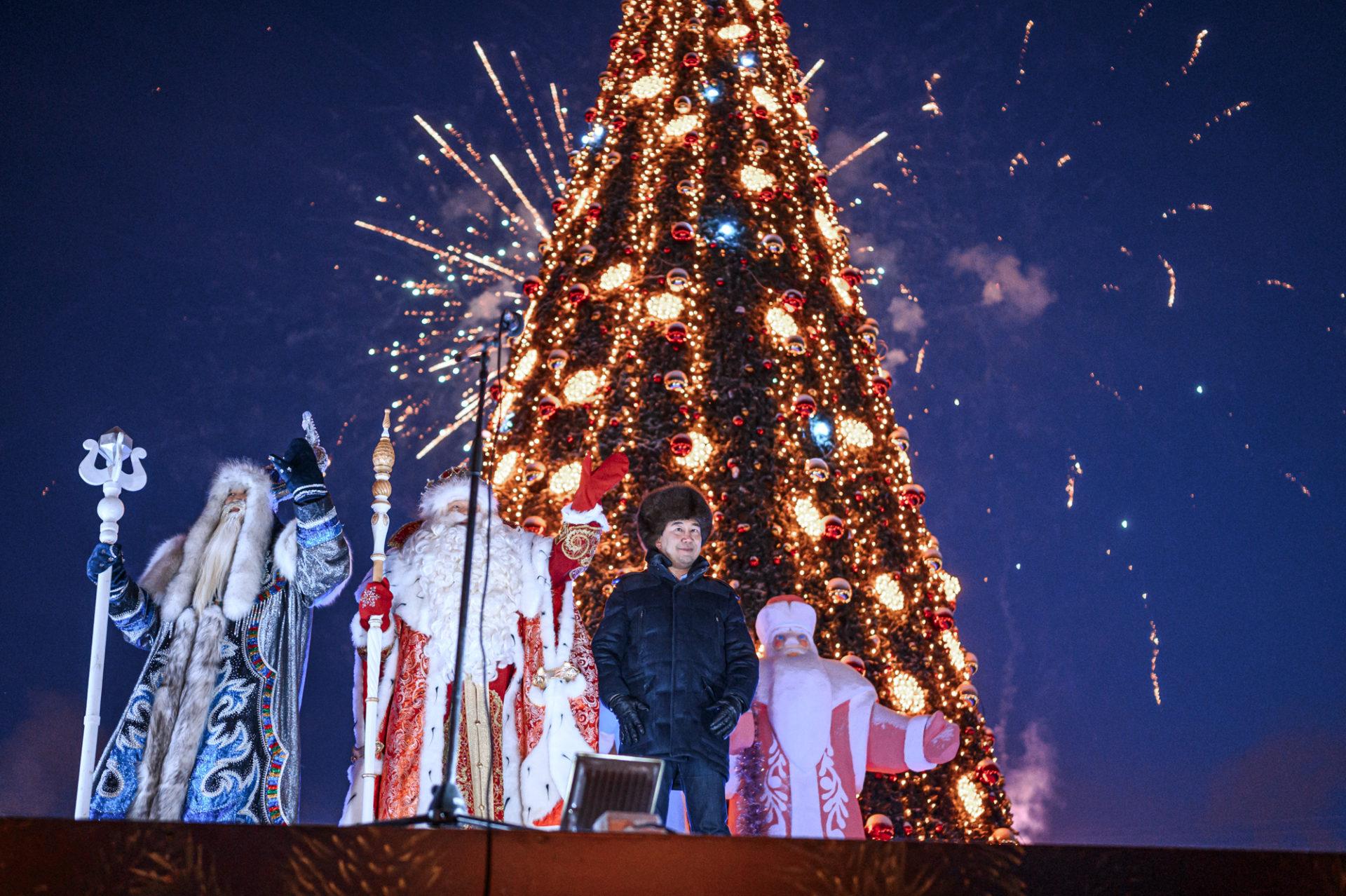 В Якутии зажгли самую первую новогоднюю ёлку страны