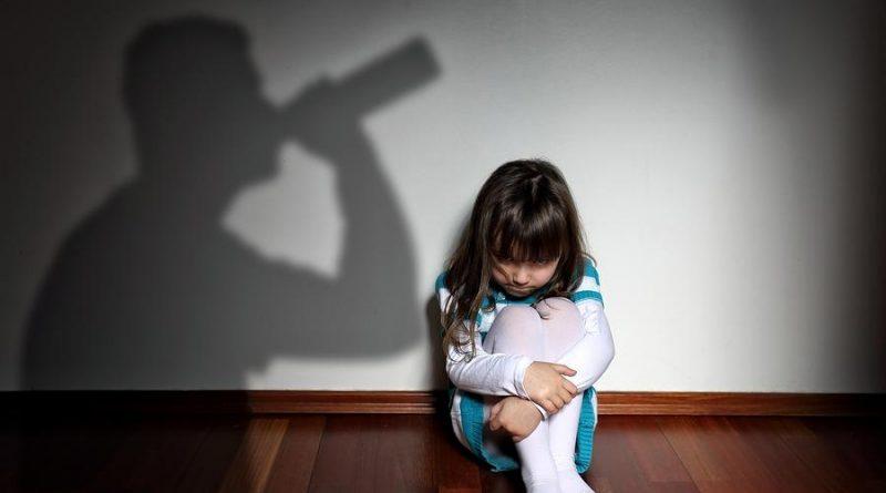 В Ленском районе женщина оставляла малолетних детей одних дома на всю ночь с незапертой дверью