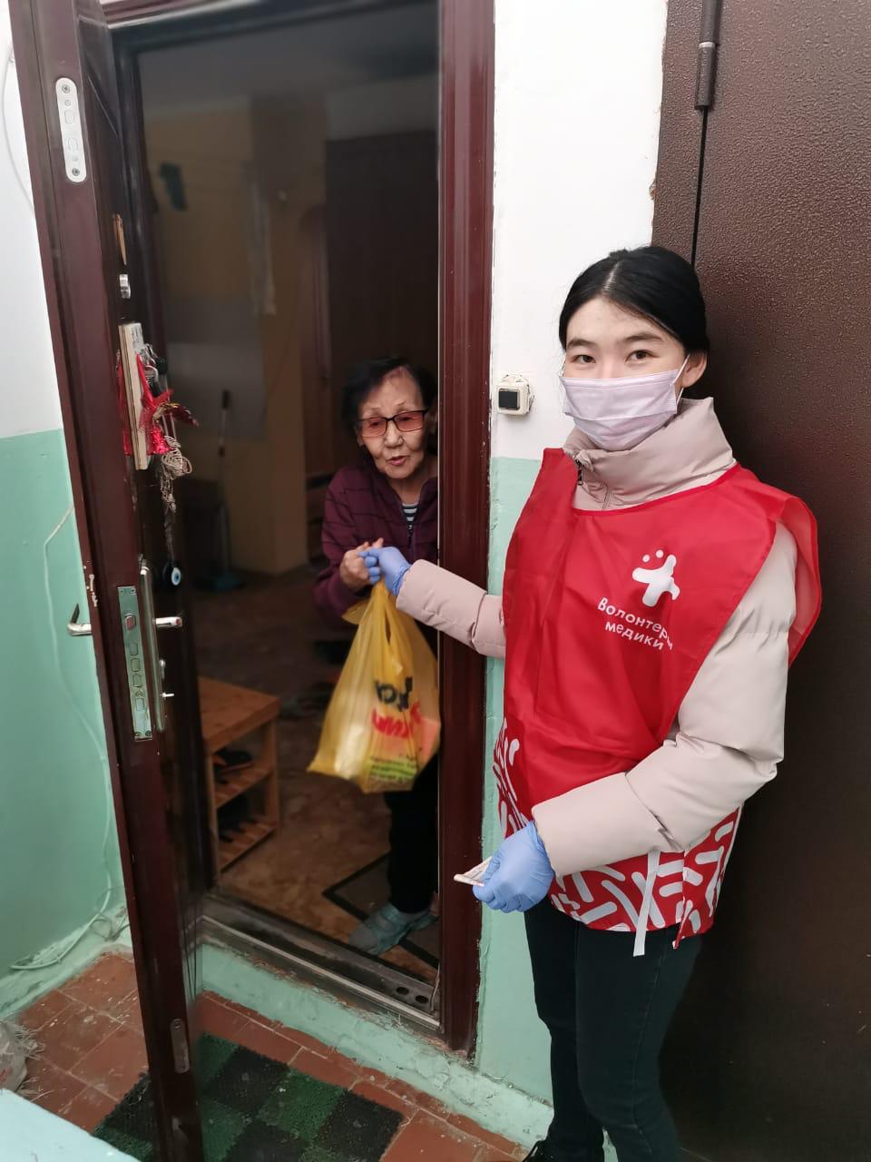 В Якутске волонтеры оказывают помощь пожилым людям