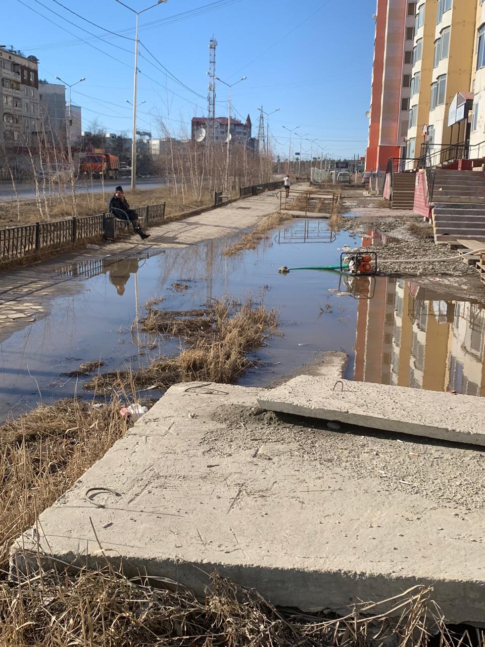 В округах Якутска усилены работы по откачиванию талых вод