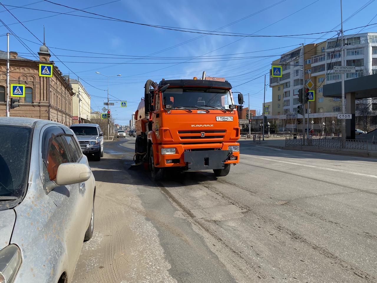 В Якутске проводят плановую уборку улиц и площадей от пыли и песка