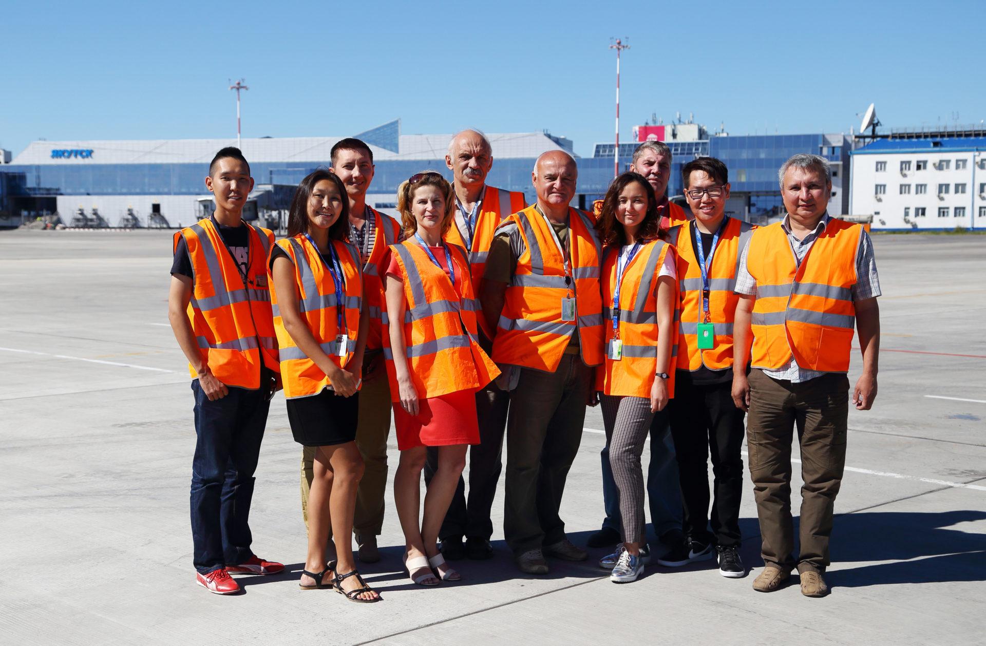 Аэропорт «Якутск» поздравляет начальника аэродромной службы с юбилеем
