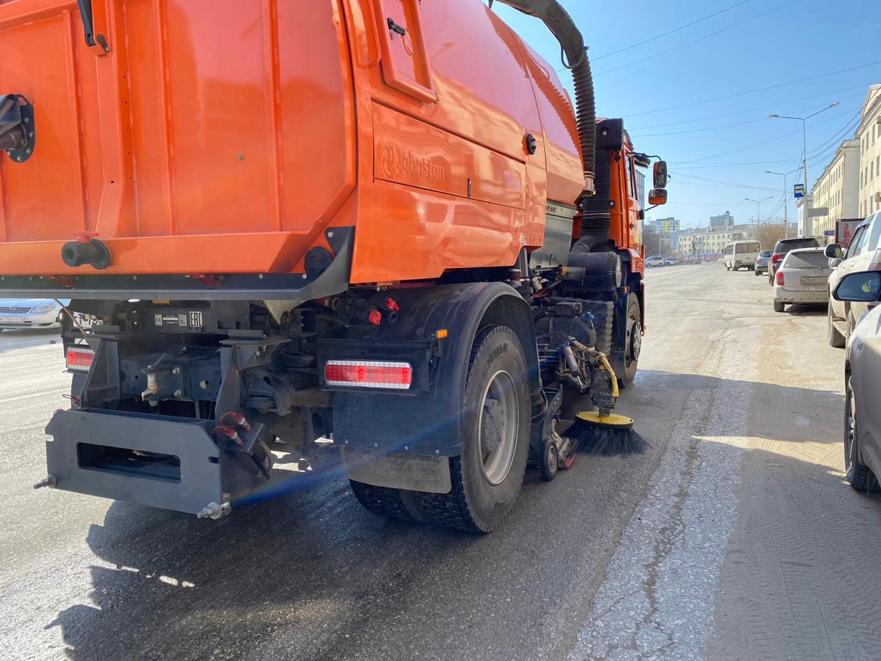 В Якутске продолжается плановая уборка улиц и площадей от пыли и песка