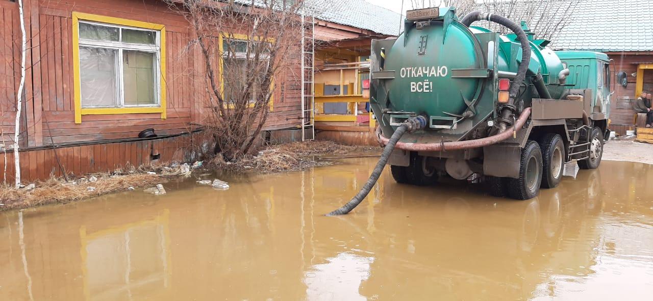 В Якутске ведутся работы по откачке дождевых вод