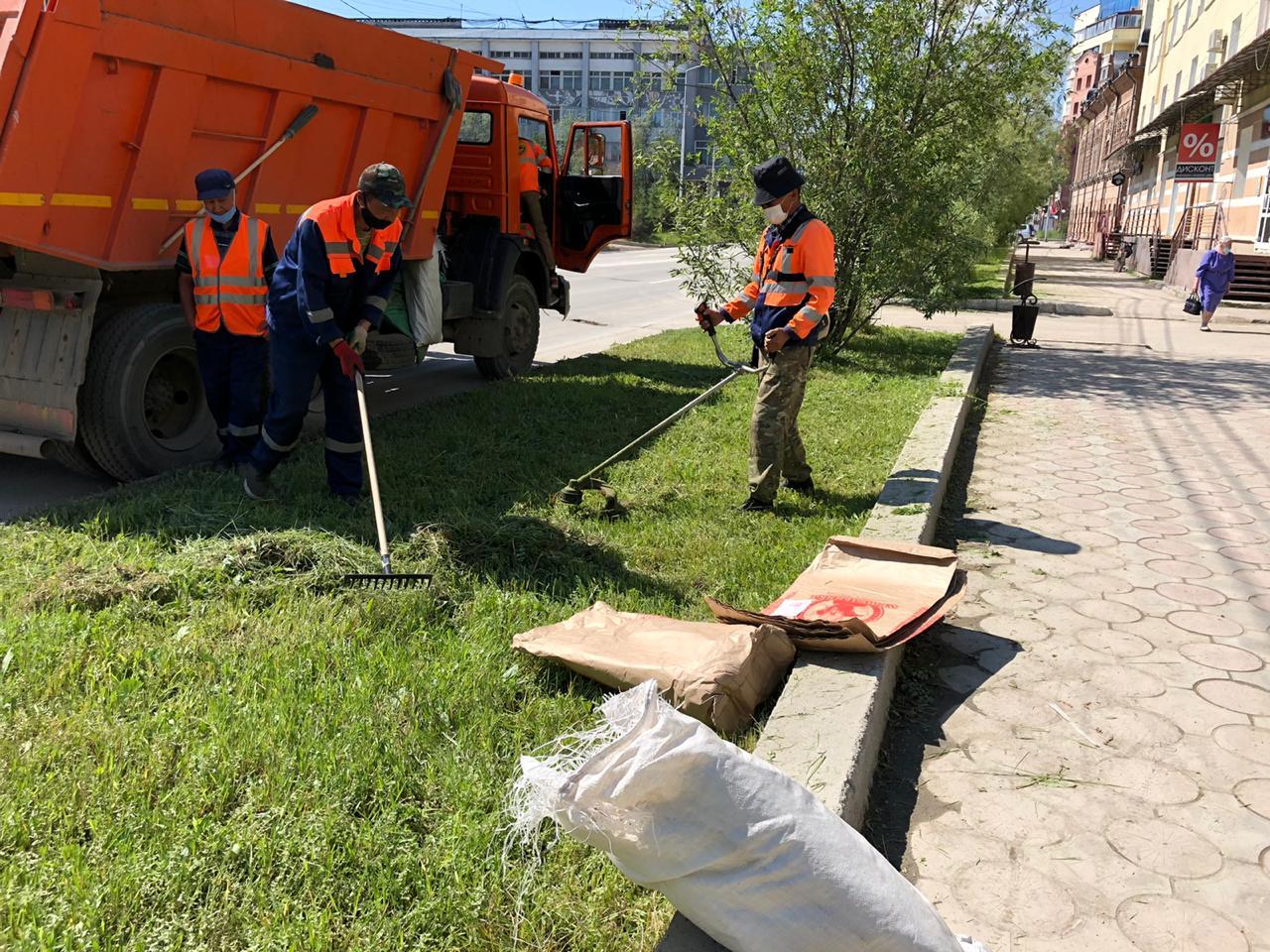 Плановая уборка пыли и ямочный ремонт улиц в Якутске 26 июня
