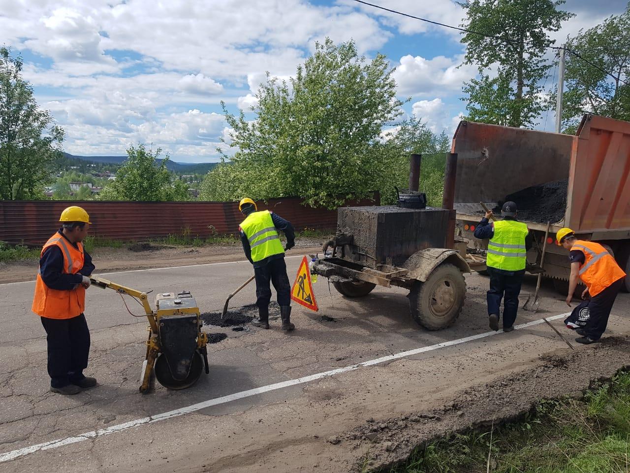 В Алдане ведутся работы по ямочному ремонту асфальтового покрытия