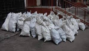 Горожан предупреждают об ответственности за складирование строительного мусора у домов