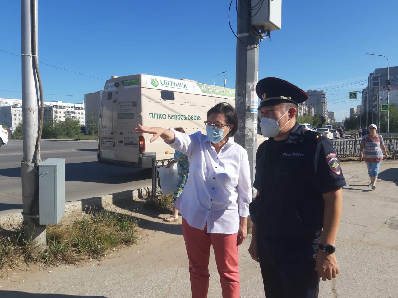 Сардана Авксентьева осмотрела перекресток Дзержинского и Кальвица вместе с дорожными инспекторами