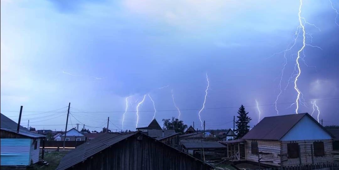 Молния оставила без электричества село в Сунтарском районе