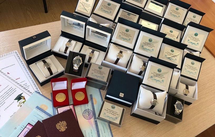 """23 золотых медалиста получили награды от главы Нюрбинского района Якутии """"За особые успехи в учении"""""""