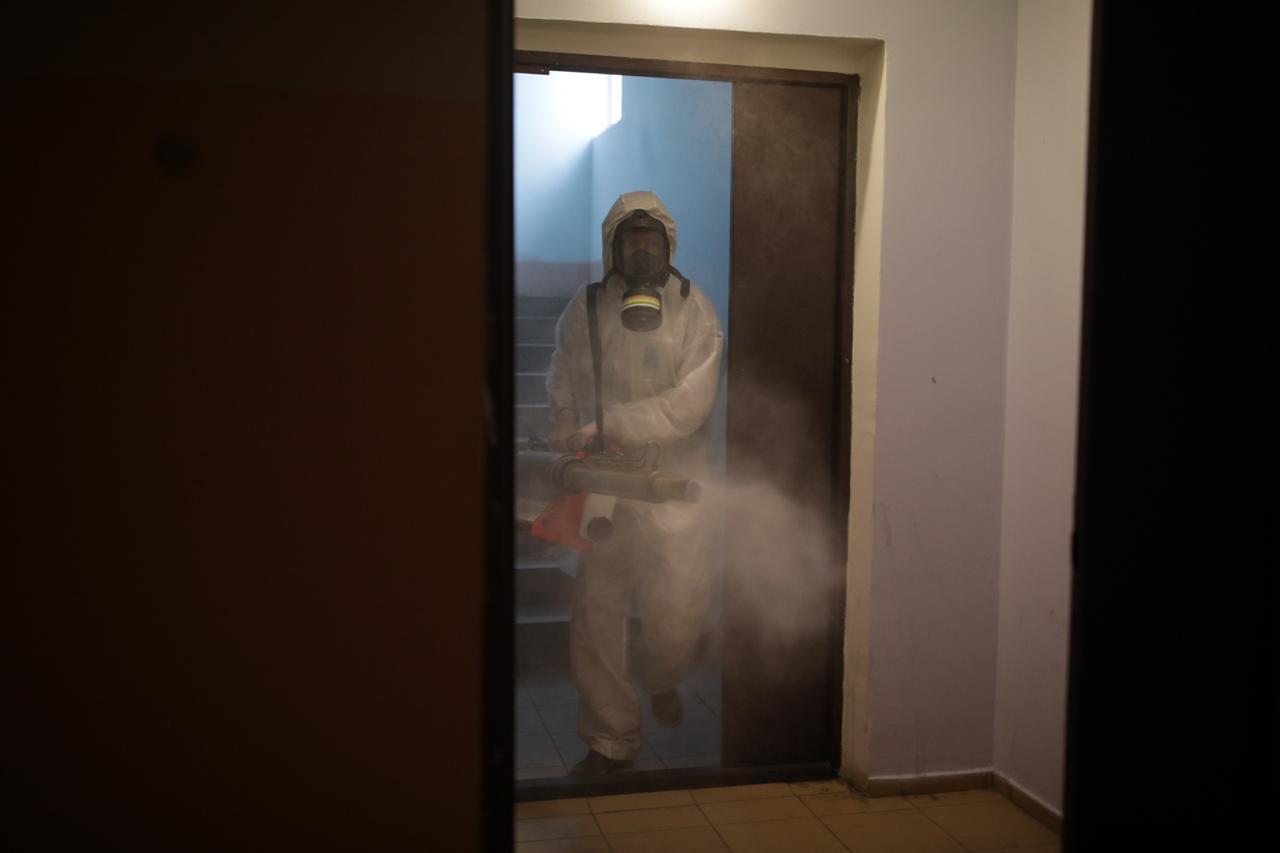 В Якутске продолжается заключительная дезинфекция в подъездах домов госпитализированных с коронавирусной инфекцией