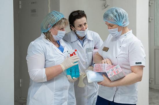Кабмин предложит продлить меры поддержки медикам, борющимся с COVID-19