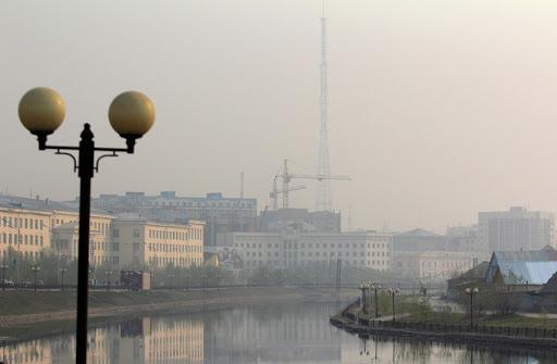 В Горном улусе тушат пожар, дым от которого накрыл Якутск и два района