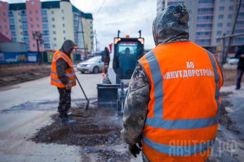 В Якутске ведется работа по ямочному ремонту улиц и внутриквартальных проездов