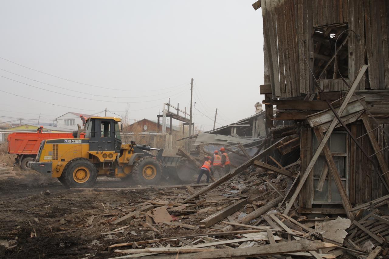В центре Якутска на улице Лермонтова 76 сносят ветхий, аварийный дом