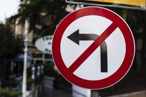 На ул. Кулаковского установлен дорожный знак «Поворот налево запрещен»